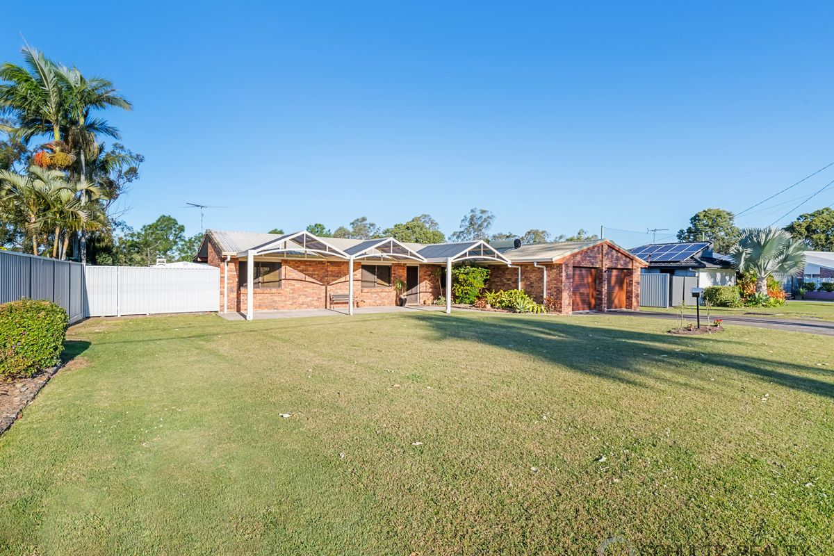 Very spacious, 3 bedroom home with stunning views of the Mount Warren Park Golf Course with a Potential for 4th bedroom and side access.
