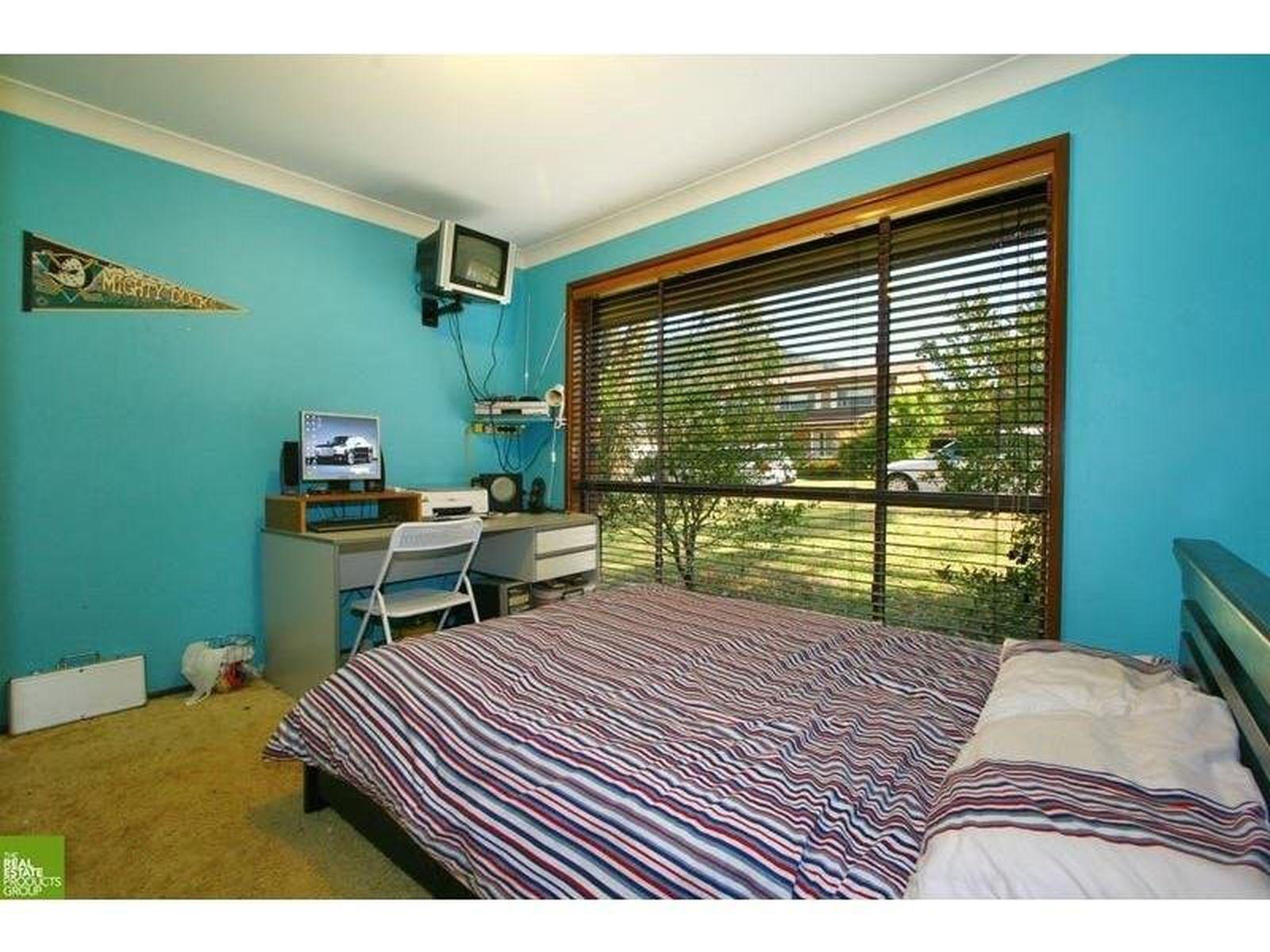 9 Carlon Crescent, Farmborough Heights