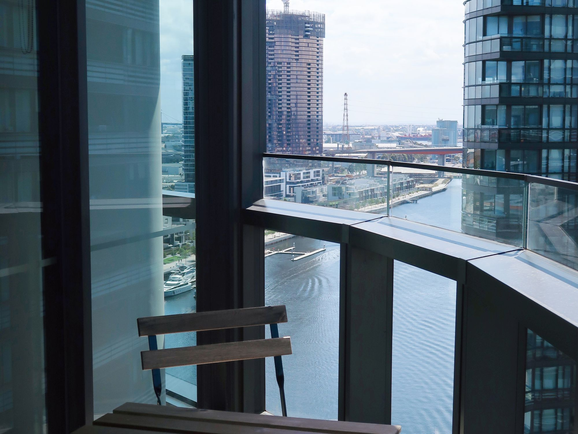 Stylish Apartment on High Level with Views, Docklands
