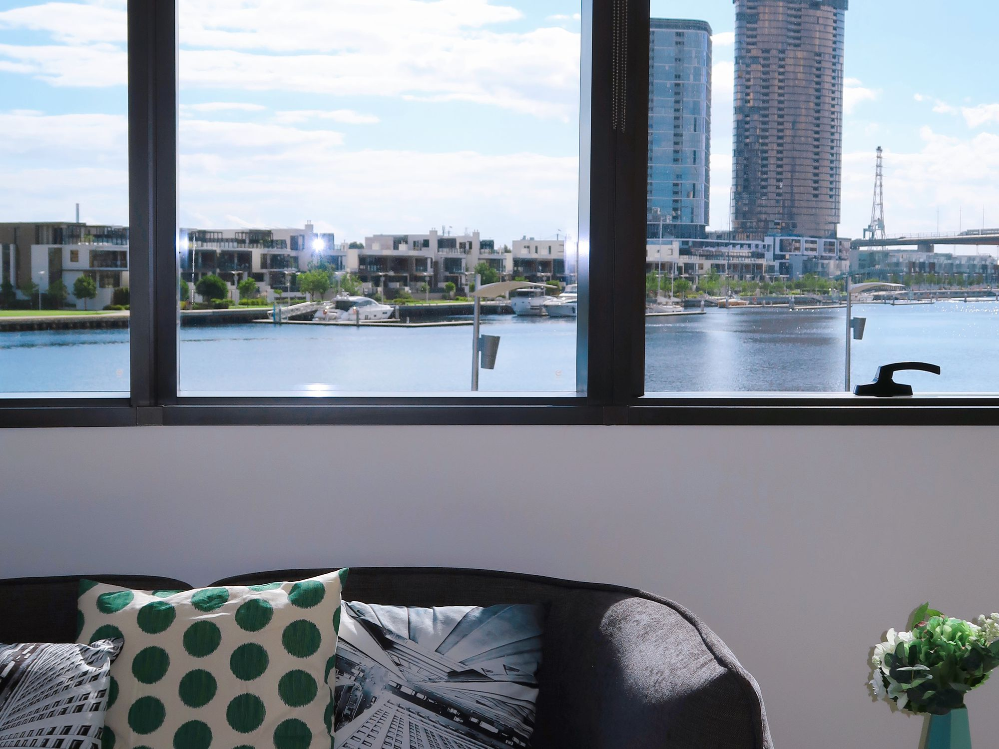 Stylish Waterfront Apartment, Docklands