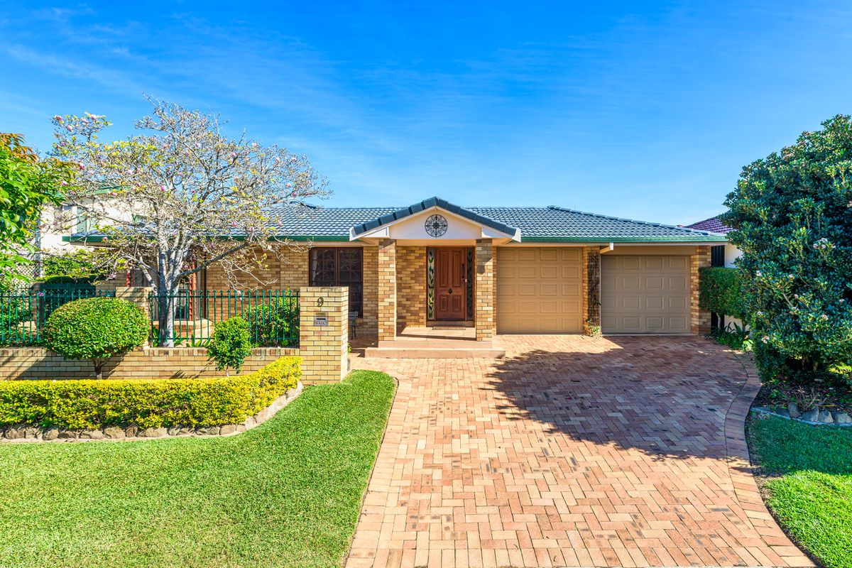 Beautiful family home, set up for easy living on a large 733m2 block !